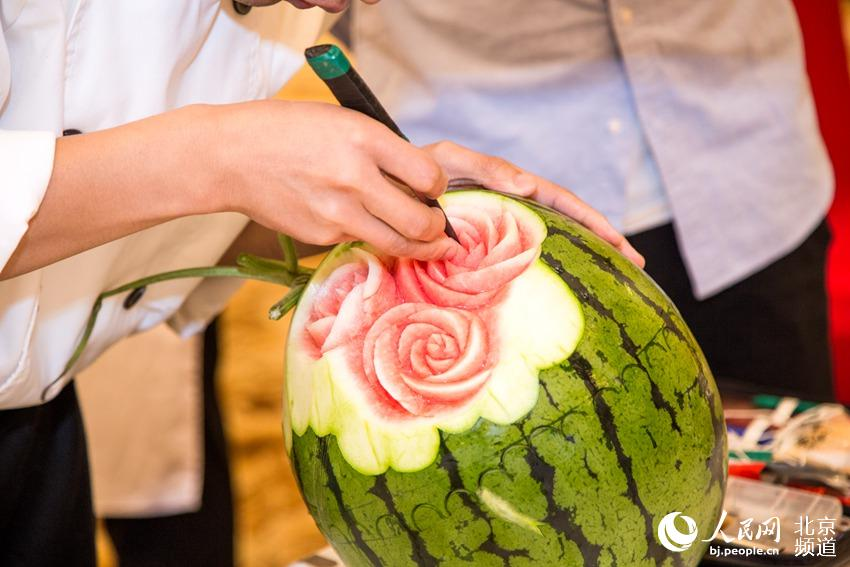 Beijing festival-goers get creative with watermelon
