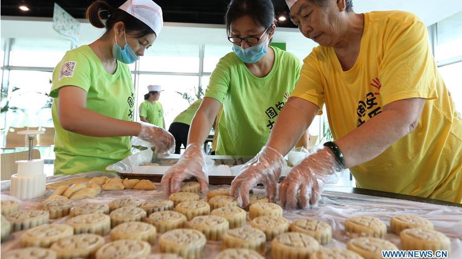 Local residents learn to make mooncakes in N China's Hebei