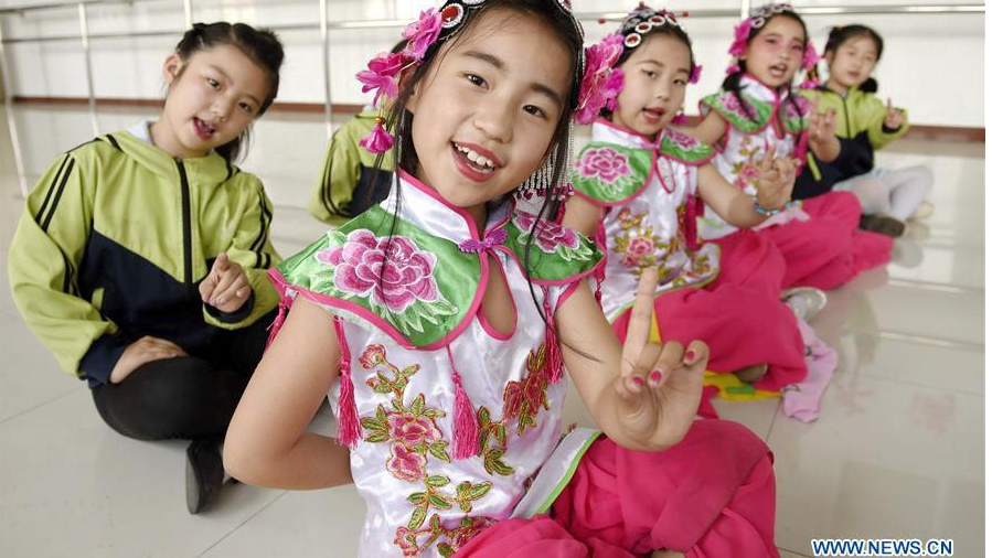 Pupils have opera lessons in China's Hebei